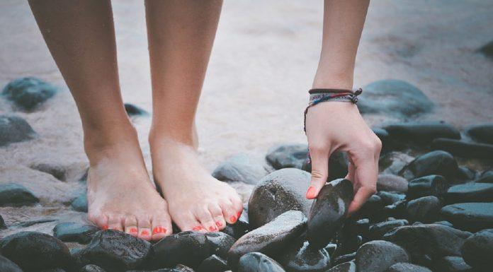 piedi di donna sulle rocce