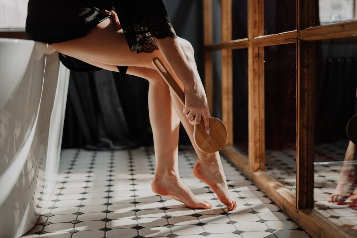 donna che si massaggia le gambe