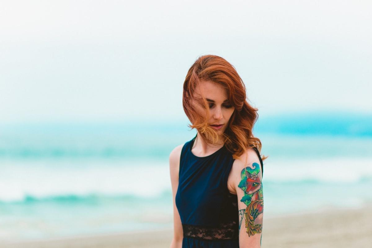 donna con un tatuaggio sul braccio