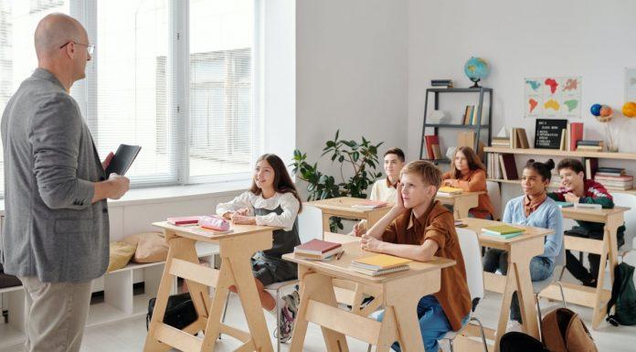 classe con un maestro