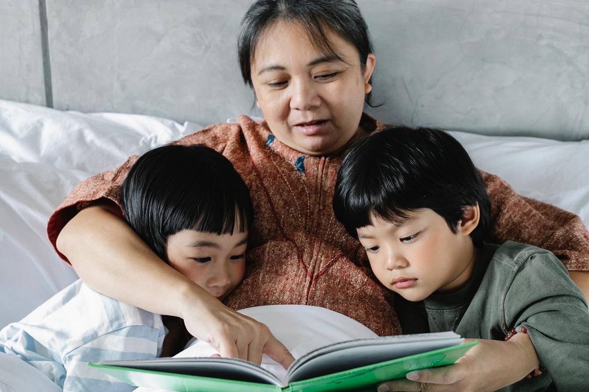 Nonna che legge fiabe ai nipoti