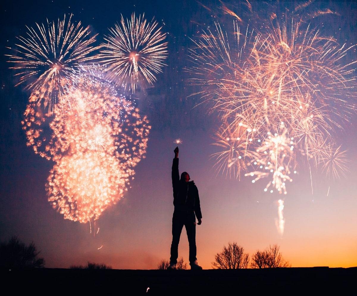 Uomo che festeggia l'arrivo dell'anno nuovo