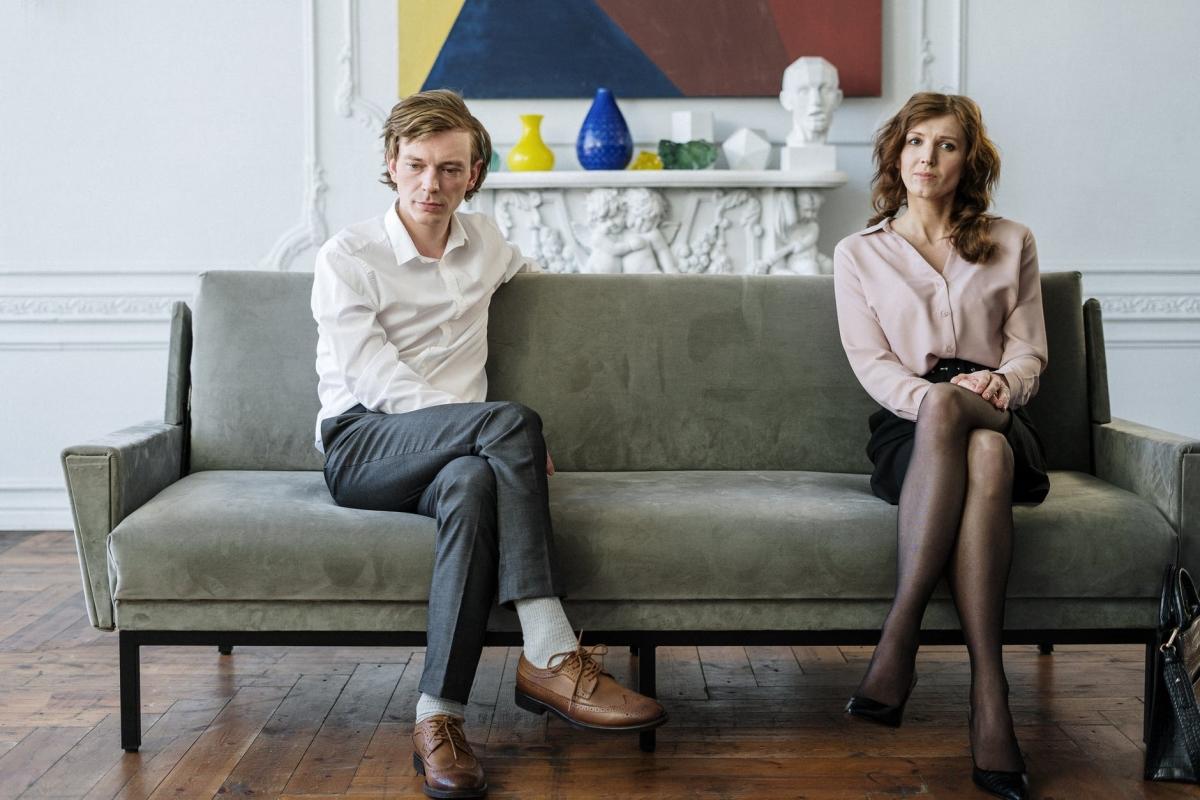 coppia seduta lontana su un divano