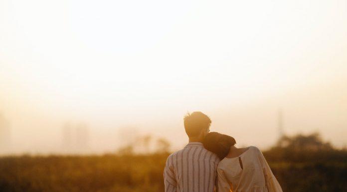 coppia seduta vicino che osserva un panorama