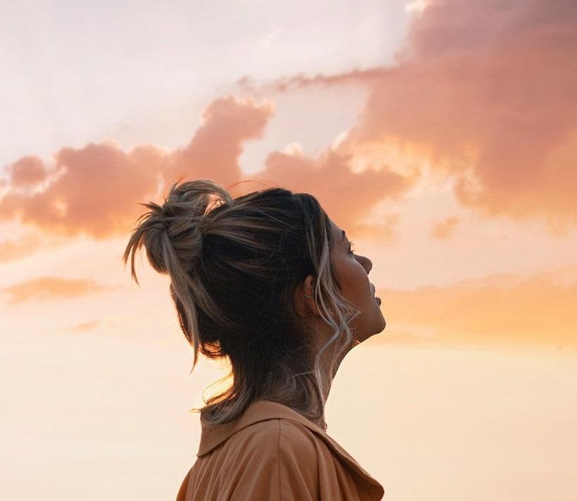donna che guarda il cielo