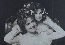 mamma e figlia foto in bianco e nero