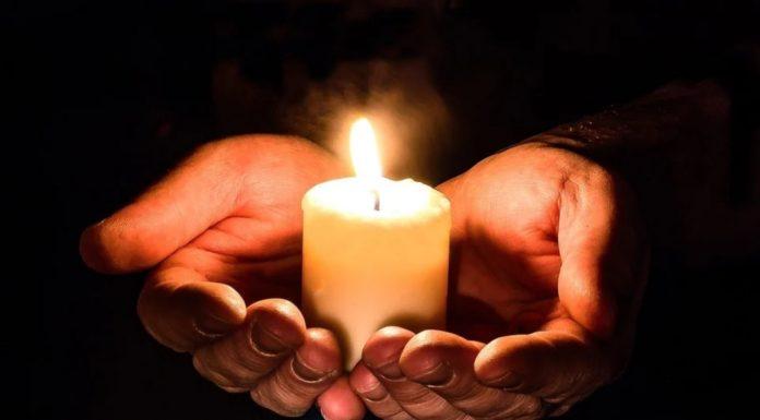mani che tengono una candela