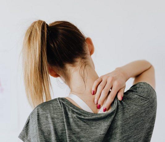 donna che si massaggia il collo
