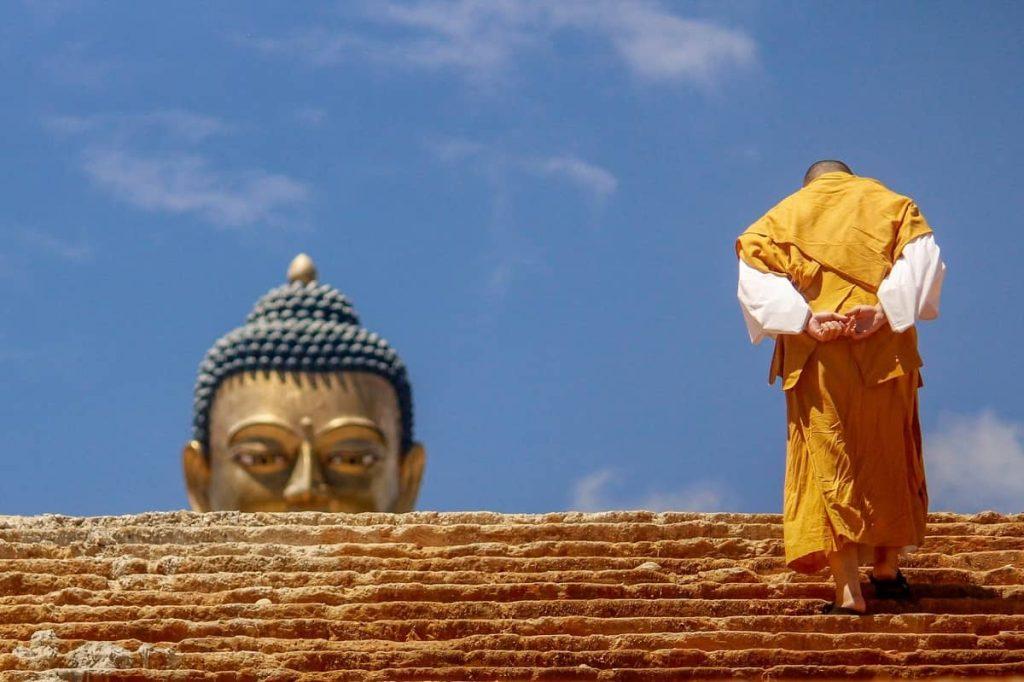 monaco che cammina