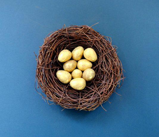 uova nel nido simbolo della pasqua