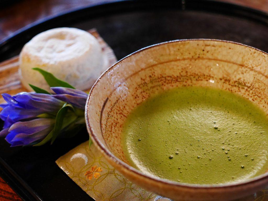 Chawan, (茶碗) la tazza al cui interno è stato posto il chakin, (茶巾) la piccola pezza bianca di lino utilizzata per asciugare la tazza dopo averla lavata e sopra questa vi è il chasen (茶筅), il frullino in bambù per mescolare il tè in polvere con l'acqua bollente e, sul bordo destro della tazza vi è il chashaku (茶杓), il cucchiano in bambù per raccogliere il tè in polvere dal suo contenitore, il chaki (茶器)