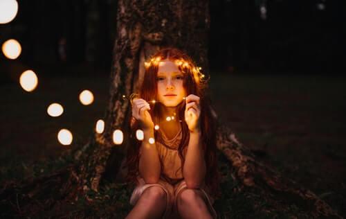 bambina col suo albero