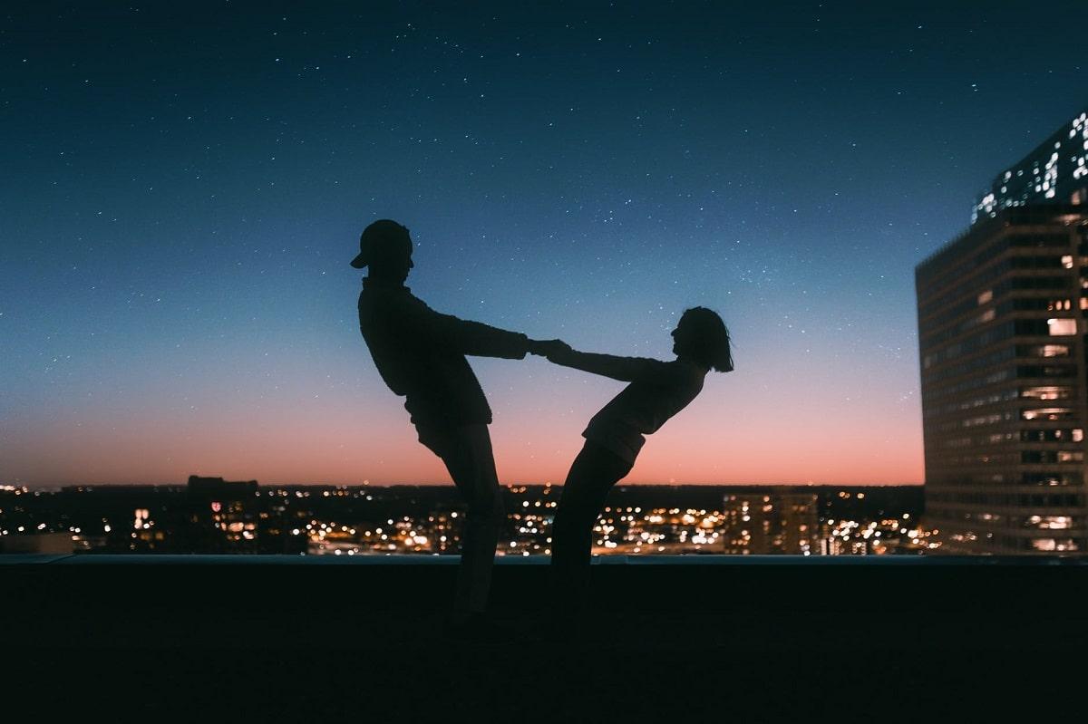 un uomo e una donna che ballano