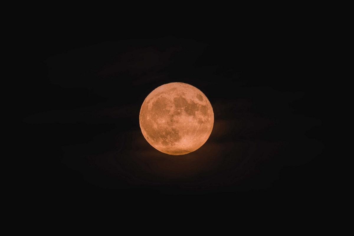 luna di colore rosso nel cielo