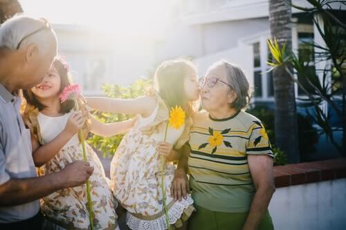 foto-di-bambina-che-bacia-sua-nonna