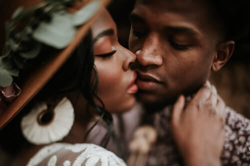 un-uomo-e-una-donna-si-baciano