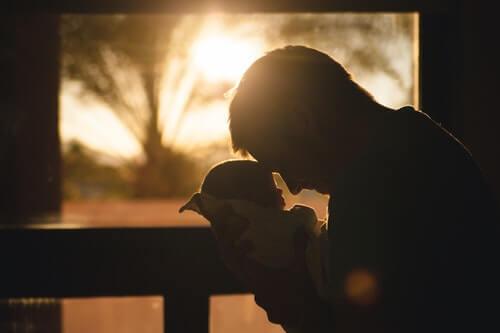 bacio-d-affetto-un-padre-tiene-suo-figlio-in-braccio