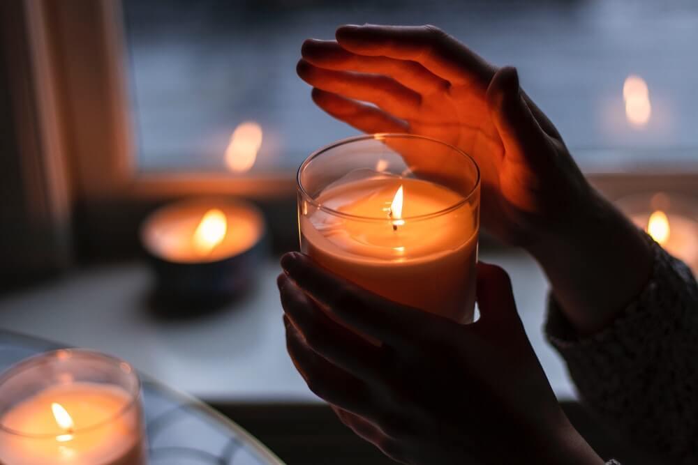 candelora-e-la-benedizione-delle-candele-mano