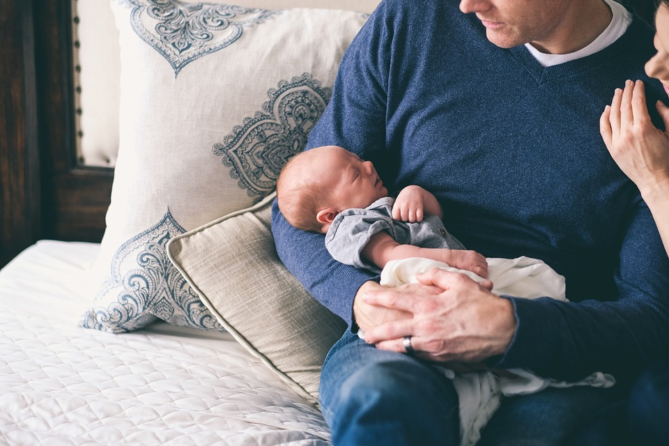 Genitori seduti con neonato