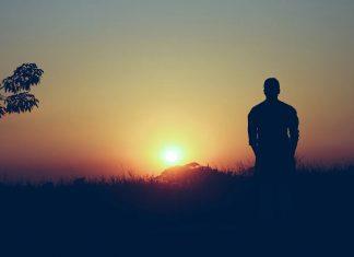 Uomo solo in campagna