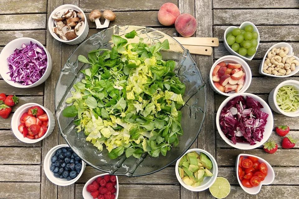 verdura e frutta in ciotole