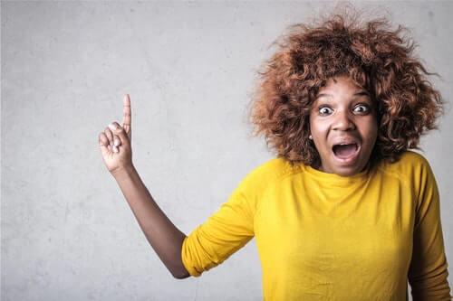 donna-con-maglione-giallo-perde-autocontrollo-è-arrabbiata-e-sta-urlando