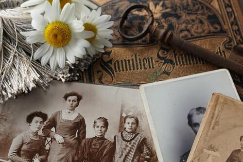 vecchie-foto-di-famiglia-in-bianco-e-nero-con-fiore