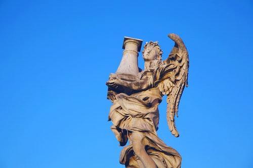 statua-di-marmo-angelo-citta-cielo-arte-punto-di-riferimento-