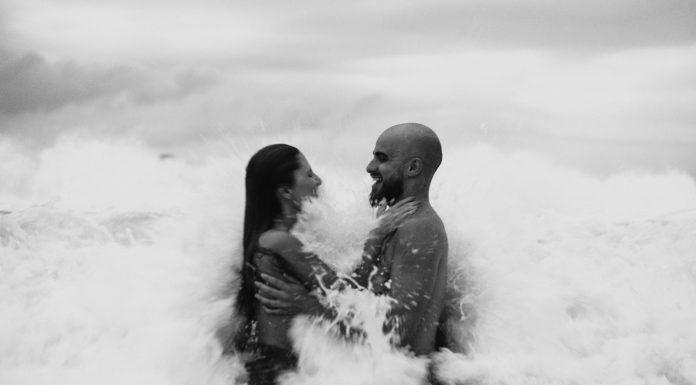 coppia che ride in mare