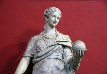 statua-antica-in-marmo-bianco-di-donna-con-sfera-sulla-mano-come-Ipazia