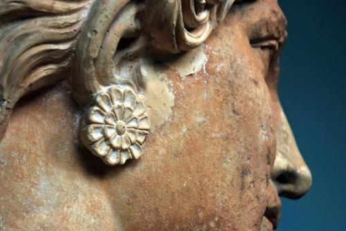 stauta-in-marmo-della-grecia-antica-donna-con-orecchino