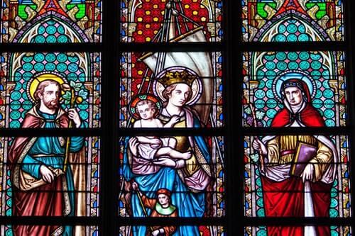 vetrata-con-santi-e-bambino-Gesù-in-una-chiesa-cattedrale