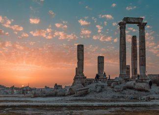 tempio-romano-durante-il-tramonto-in-riva-al-mare