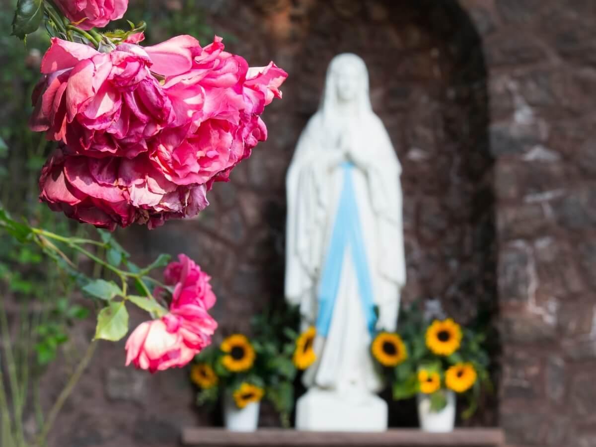 statua-della-vergine-con-rose-per-festa-di-maggio