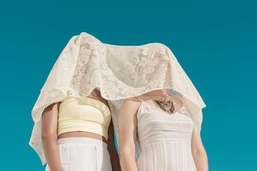 due-donne-sotto-lo-stesso-velo