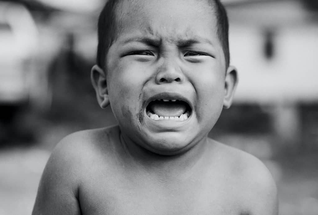 Bambino che piange arrabbiato