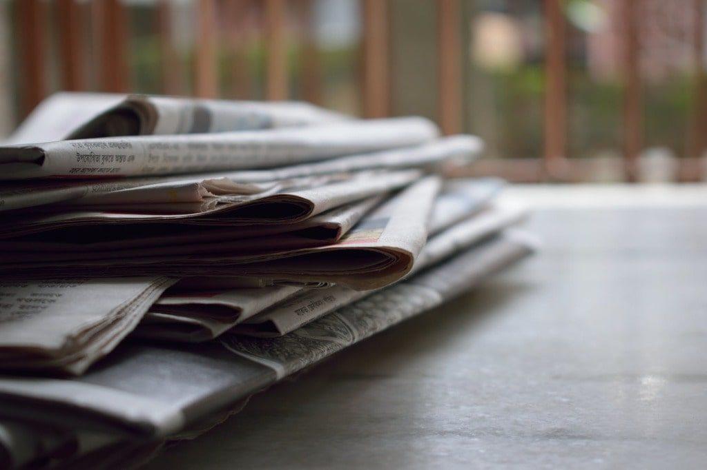 giornali sopra un tavolo