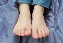 piedi massaggiati con crema
