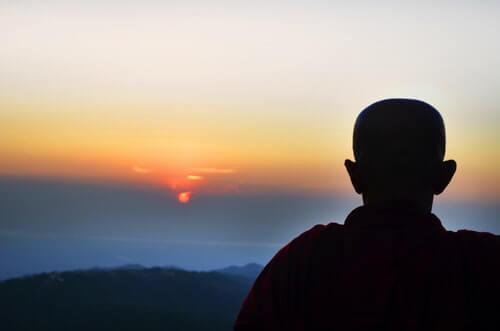 monaco-con-capelli-rasati-al-tramonto