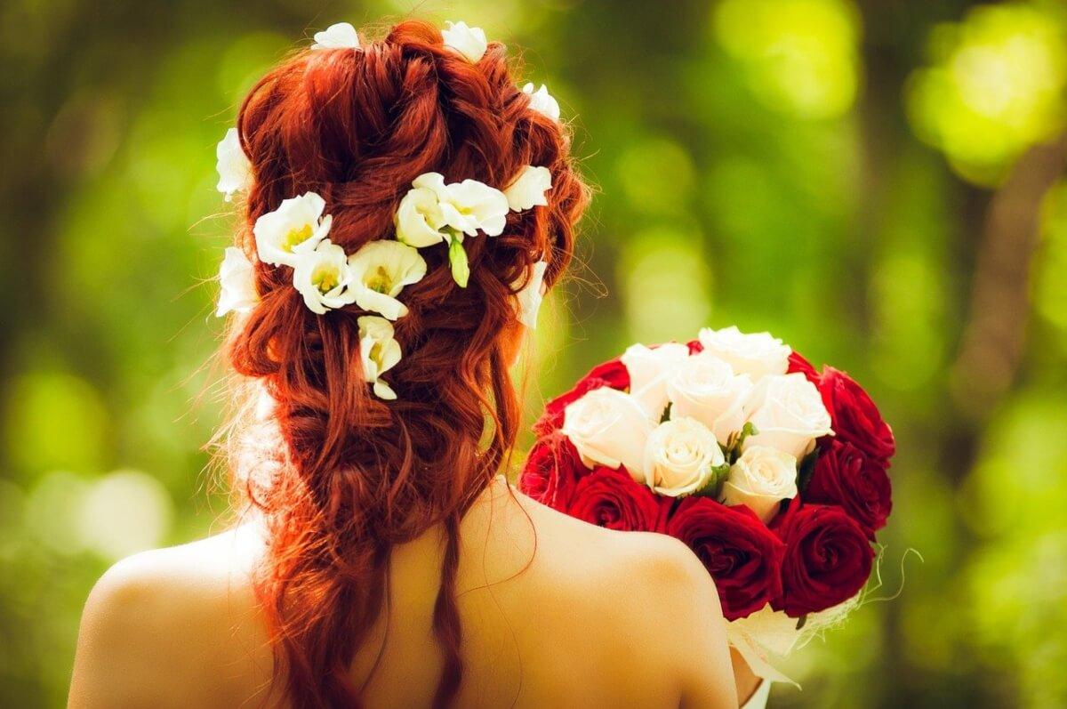 sposa-di-maggio-con-bouquet-di-rose-bianche-e-rosse