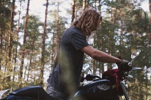 uomo-giovane-coi-capelli-lunghi-in-moto