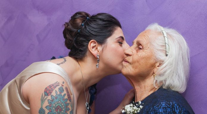 nipote che bacia una nonna