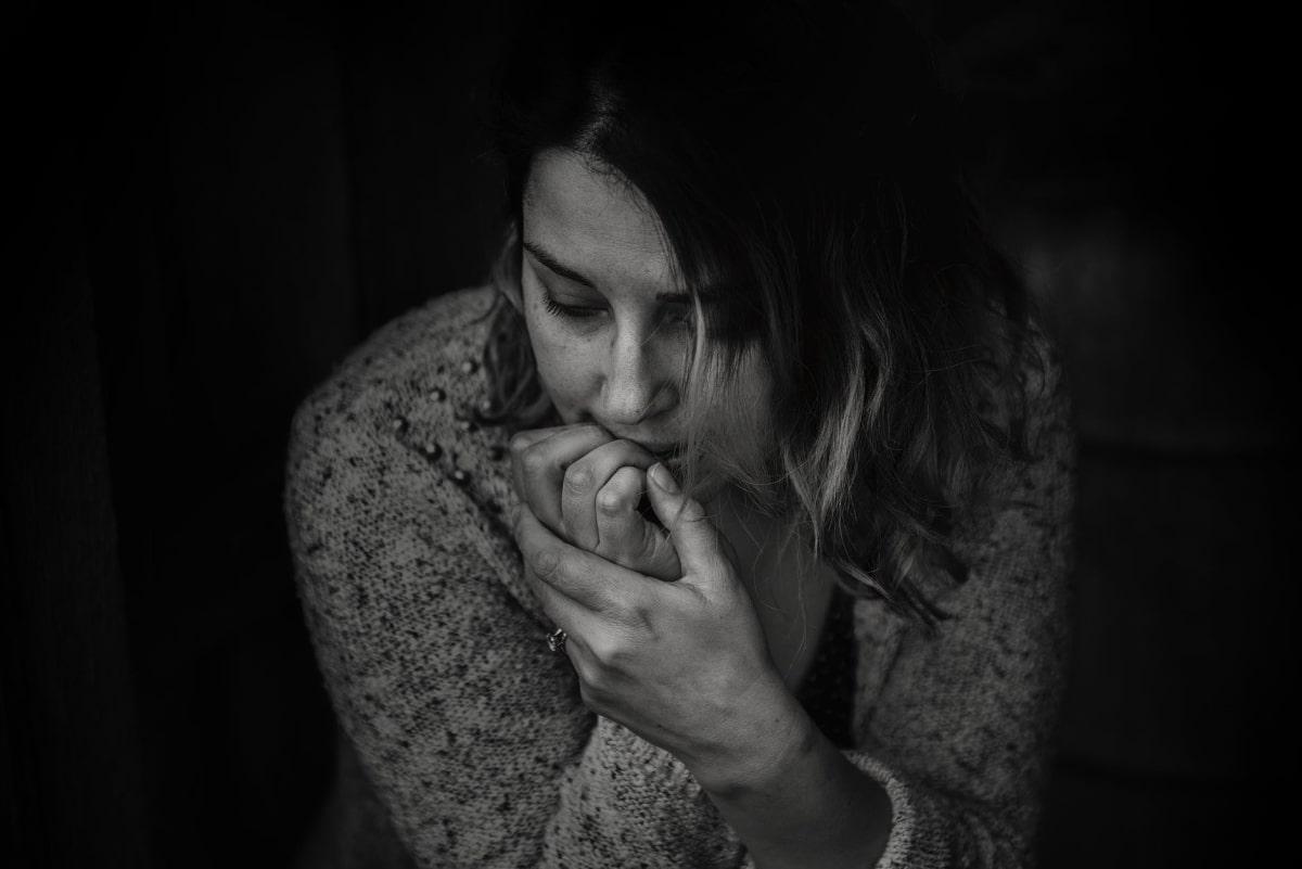 donna sola pensierosa
