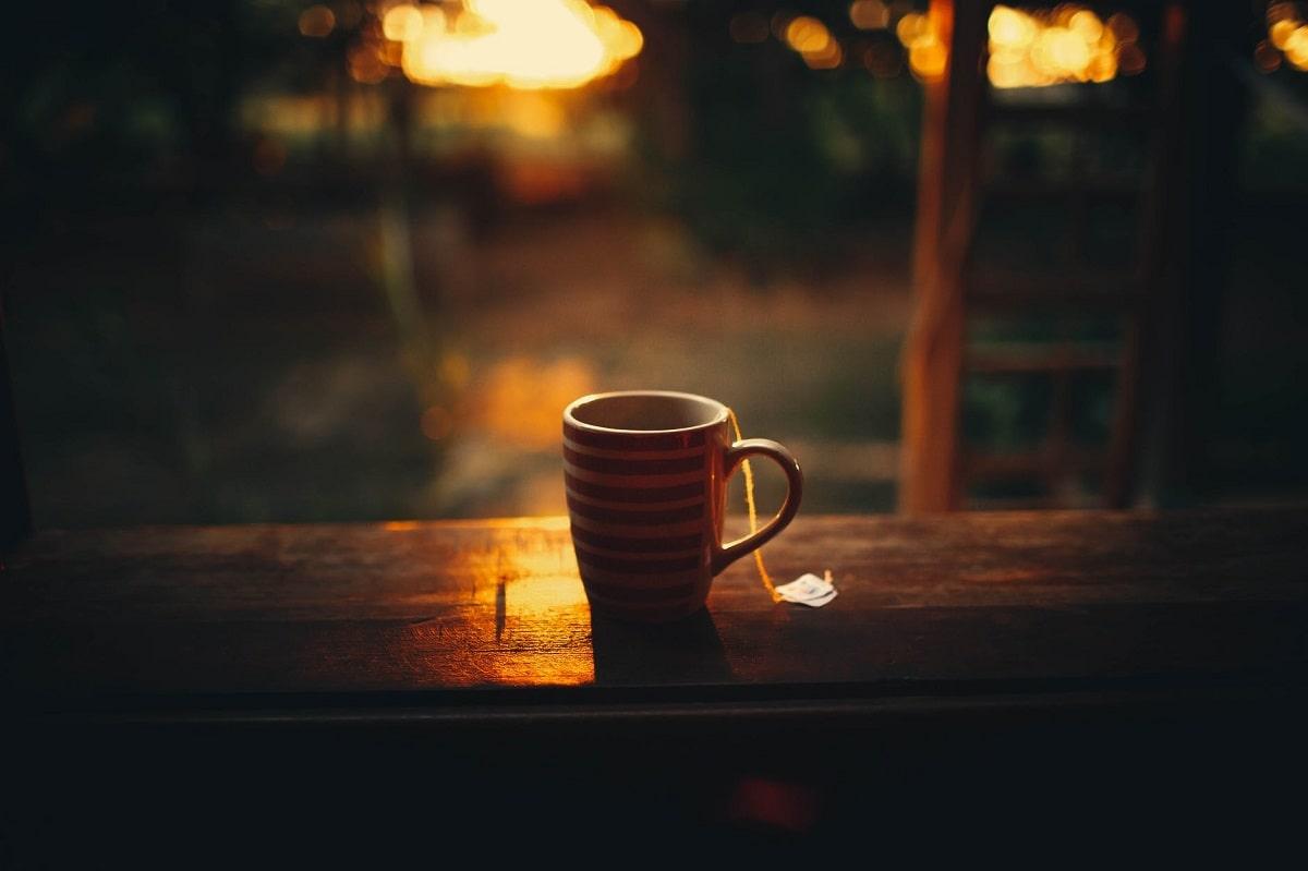 tazza di te appoggiata