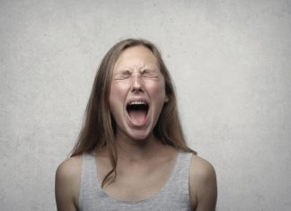 Ragazza che urla perché arrabbiata
