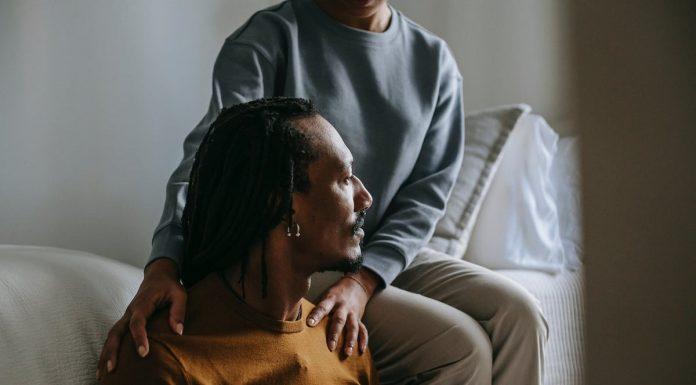 braccia di donna che consolano un uomo