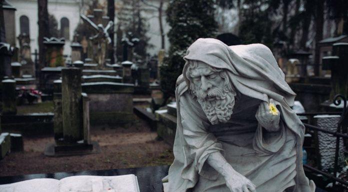 statua di un uomo all'interno di un cimitero