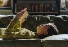 bambina-sul-divano-legge-il-libro-della-giungle-di-Rudyard-Kipling
