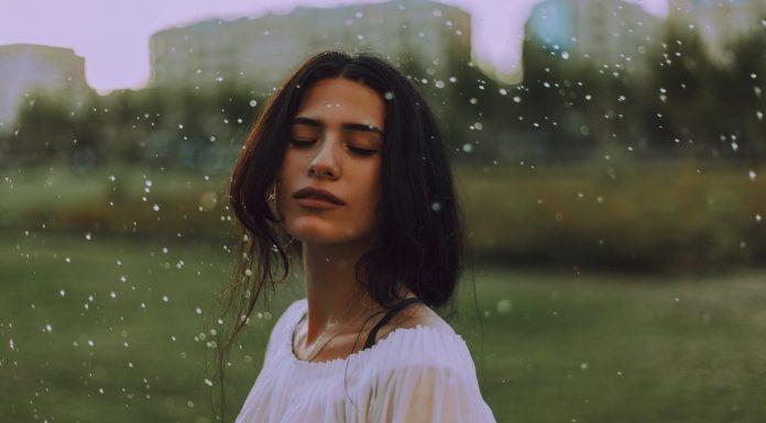 donna con occhi chiusi