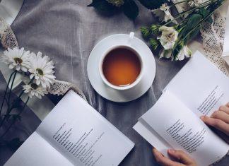 libri aperti con piccole poesie
